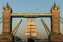 Le Belem franchit le Tower Bridge